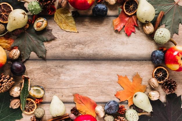 Herbstrahmenzusammensetzung mit ernte auf hölzernem hintergrund