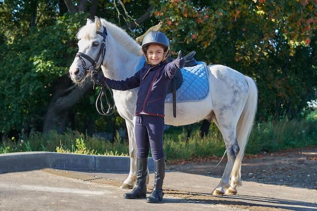 Herbstsaison junges mädchen und pferd