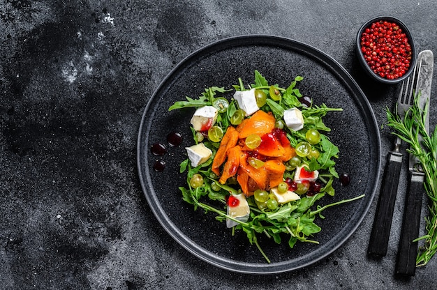 Herbstsalat mit gebackenem kürbis und briekäse