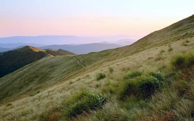 Herbstsonnenaufgang bergblick mit gras und dunst (karpaten, ukraine)