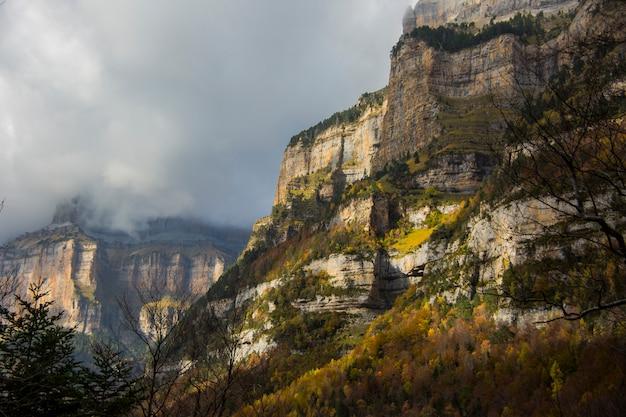 Herbstsonnenaufgang in ordesa und monte perdido nationalpark, spanien