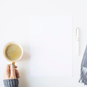 Herbstspott oben auf einer weißen tabelle nahe bei einem schal und einem tasse kaffee