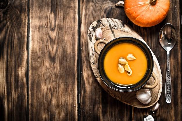 Herbststil. frische kürbissuppe. auf hölzernem hintergrund