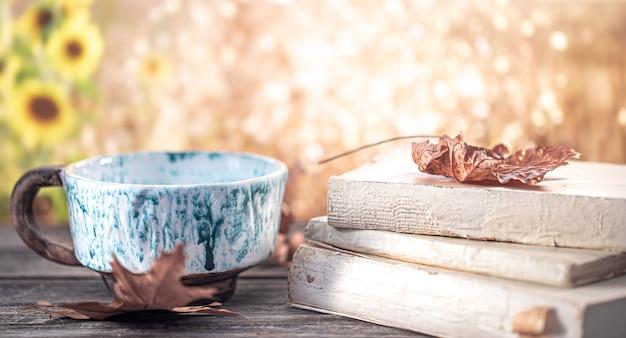 Herbststillleben mit büchern und einer schönen tasse
