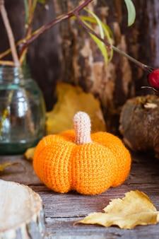 Herbststillleben mit einem kürbis und gefallenen blättern