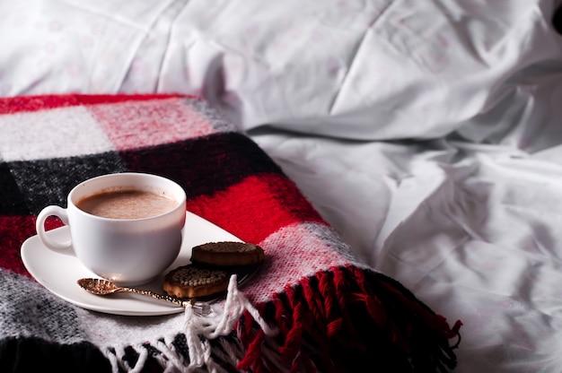 Herbststillleben mit einer tasse kakao