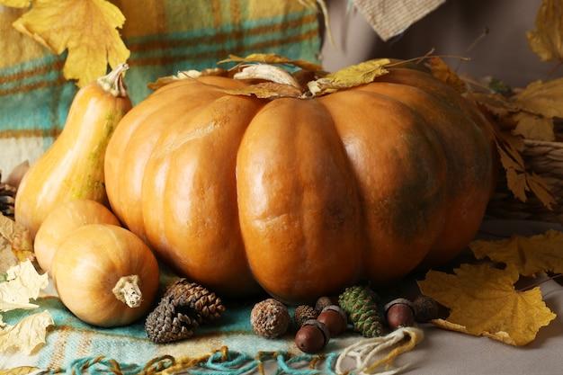 Herbststillleben mit kürbissen auf stoffhintergrund