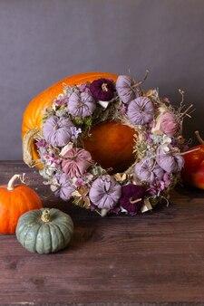 Herbststillleben mit kürbissen und blumen