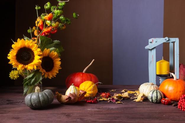 Herbststillleben mit kürbissen und kerzen Premium Fotos