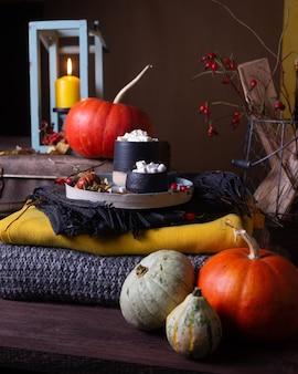 Herbststillleben mit kürbissen und kerzen