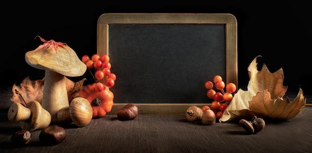 Herbststillleben mit tafel- und herbstdekorationen