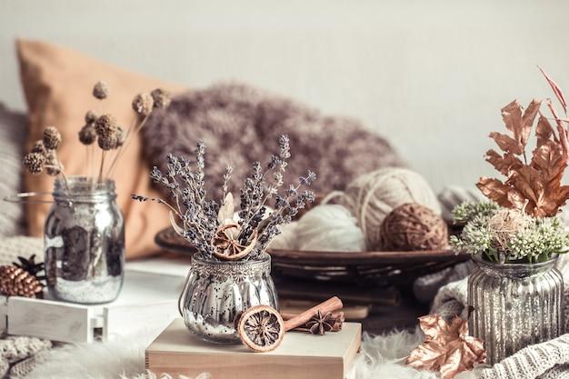 Herbststillleben wohnkultur in einem gemütlichen haus.