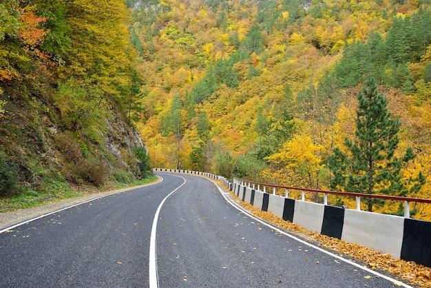 Herbststraße in den bergen