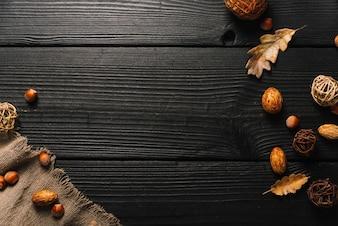 Herbstsymbole in der Nähe von Tuch