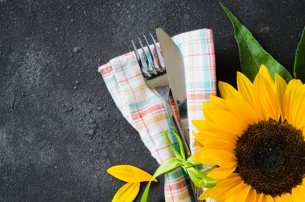 Herbsttabellengedeck, tischbesteck mit serviette und sonnenblume.