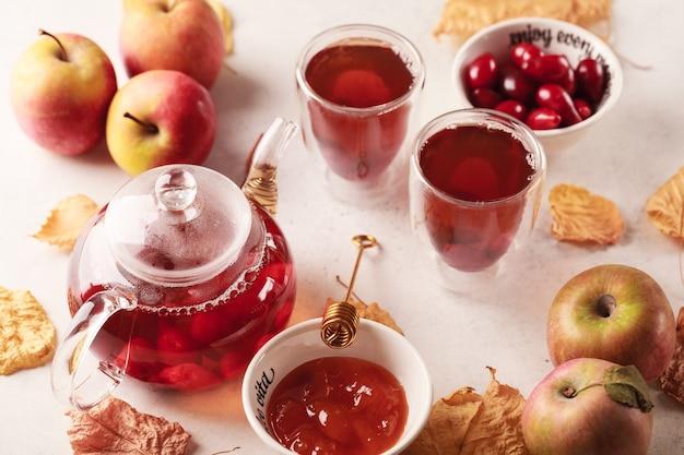 Herbsttee mit preiselbeeren und äpfeln