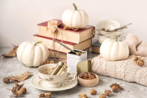 Herbsttee-party. nahaufnahme einer tasse zuckerkristalle. der tisch ist gedeckt und tee.