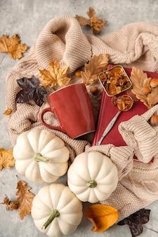 Herbsttee-party. oberer umriss der tasse, zuckerkristalle. vorbereitung für kalte tage. pullover und herbstdekoration. erklärung saisonales laub und kürbisse. herbst