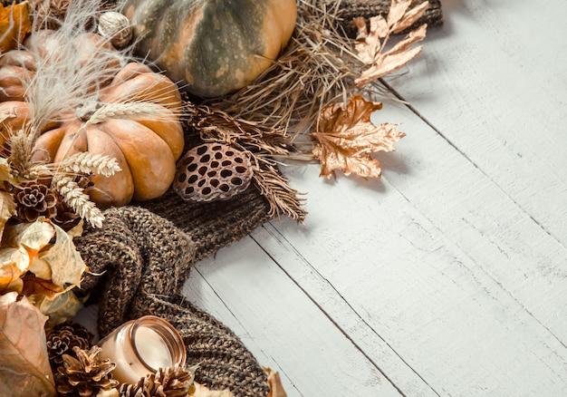 Herbstwand mit dekorationsgegenständen und kürbis.