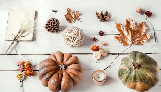 Herbstwand mit verschiedenen gegenständen und kürbis. flat-lay.
