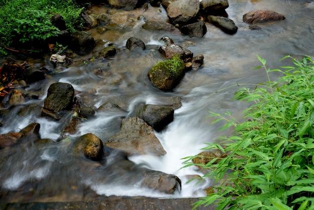 Herbstwasserfallfluss-stromszene.
