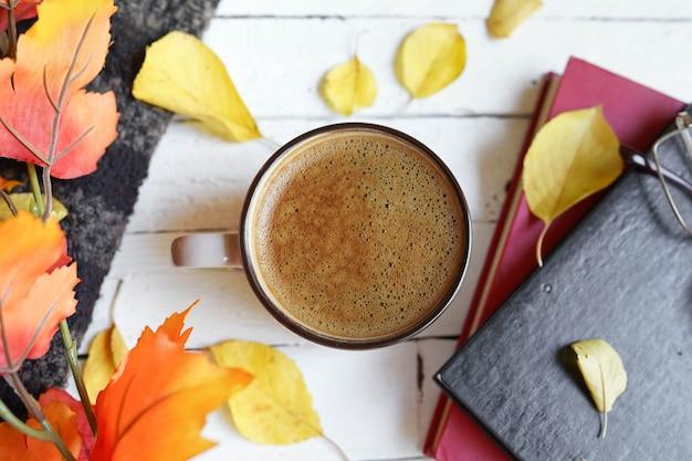Herbstwohnung lag mit kaffee, büchern und blättern
