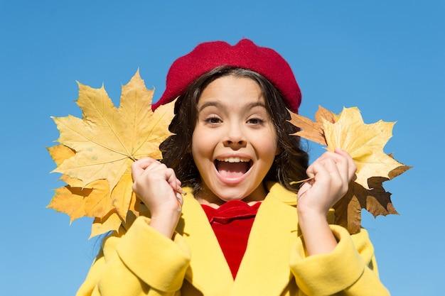 Herbstzeitmode paris kind trägt baskenmütze schönheit der natur französisches kind im herbst fröhliches mädchen