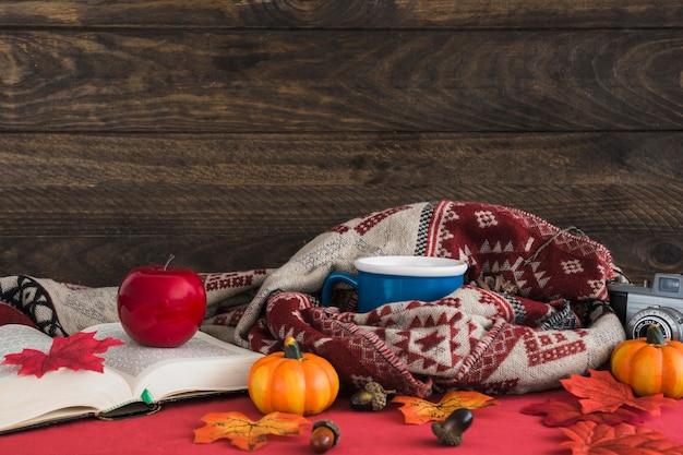 Herbstzeug in der nähe von holzwand