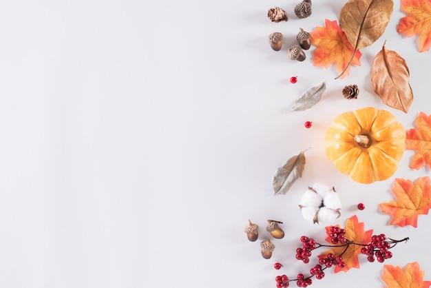 Herbstzusammensetzung auf weißem hintergrund. flache lage, draufsichtkopie.