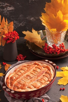 Herbstzusammensetzung der torte auf einem dunklen hintergrund