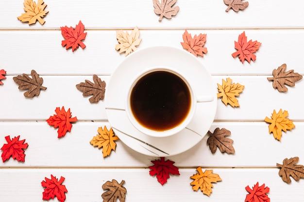 Herbstzusammensetzung mit blättern und tasse tee