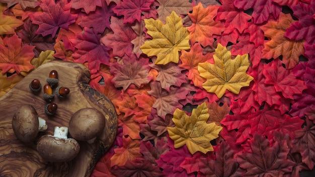 Herbstzusammensetzung mit eicheln und pilzen