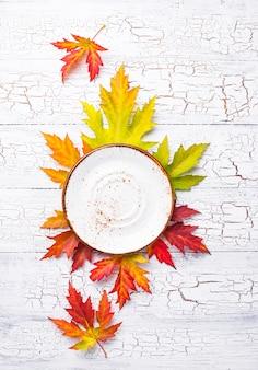 Herbstzusammensetzung mit platte und blättern