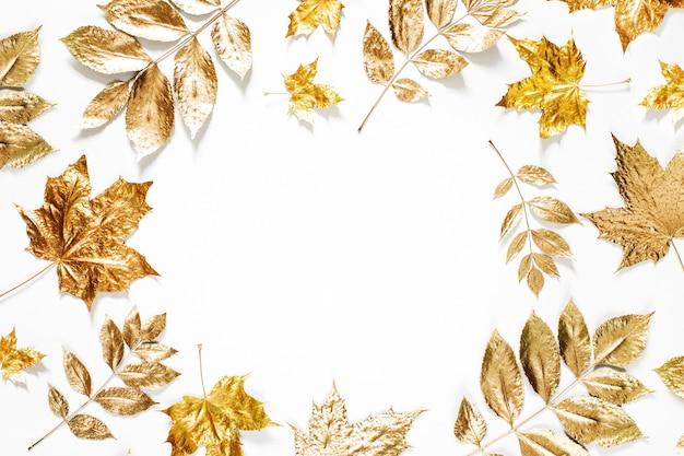 Herbstzusammensetzung. rahmen aus goldenen herbstblättern auf weißem hintergrund. flache lage, ansicht von oben, kopienraum