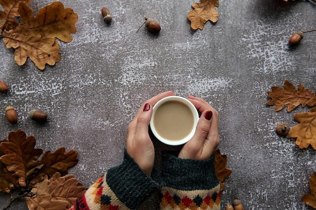 Herbstzusammensetzung. rahmen aus kürbissen, getrockneten blättern, tannenzapfen und tes-cup-hintergrund. vorlage herbst, herbst, halloween, erntedankfestkonzept. flache lage, draufsicht, kopienraumhintergrund.