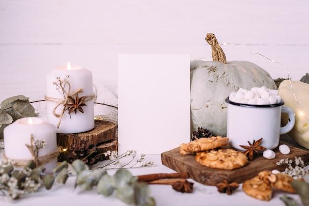 Herbstzusammensetzungsmodell kakao-marshmallows cookies kürbis und kerzen