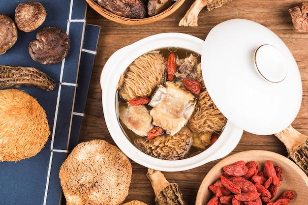 Hericium-rippensuppe chinesisches lebensmitteleintopfgericht