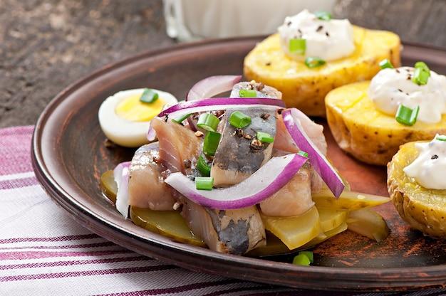 Heringsalat mit zwiebeln und grünem apfel