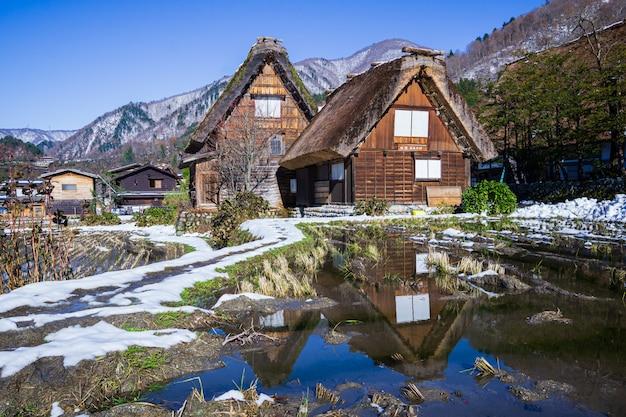 Heritage wooden farmhouse mit wasserreflexion in japans berühmtem dorf.