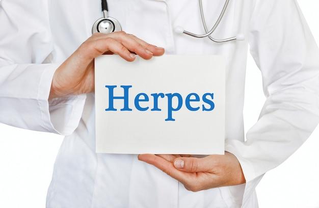 Herpes-karte in händen des arztes
