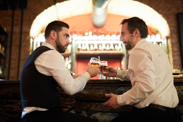 Herren, die alkohol trinken