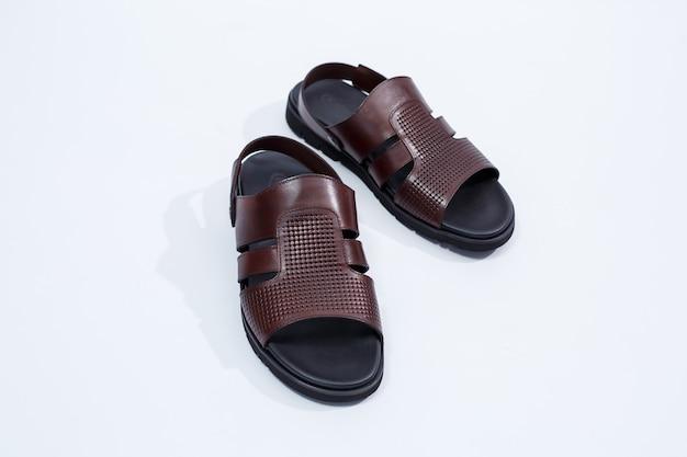 Herren sommerschuhe aus naturleder, herren sandalen aus naturmaterial für sonniges wetter. foto in hoher qualität
