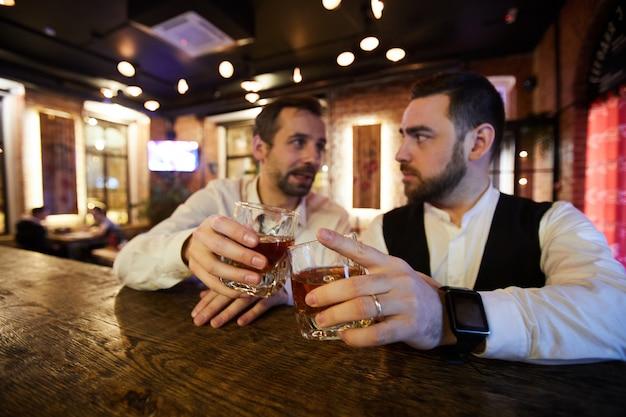 Herren trinken whisky