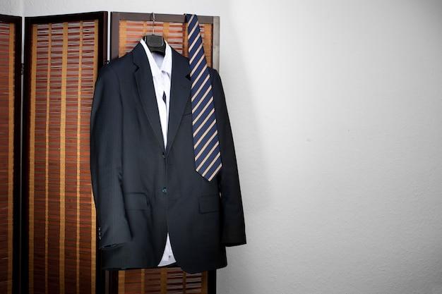 Herrenanzug hängt an kleiderbügeln