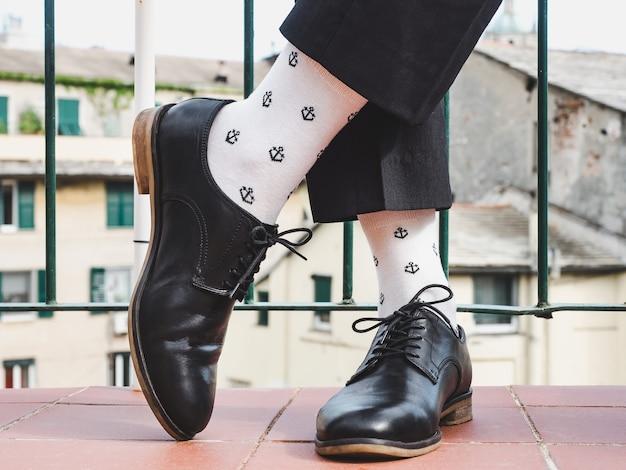 Herrenbeine, trendige schuhe und helle socken. nahansicht. konzept für stil, schönheit und eleganz