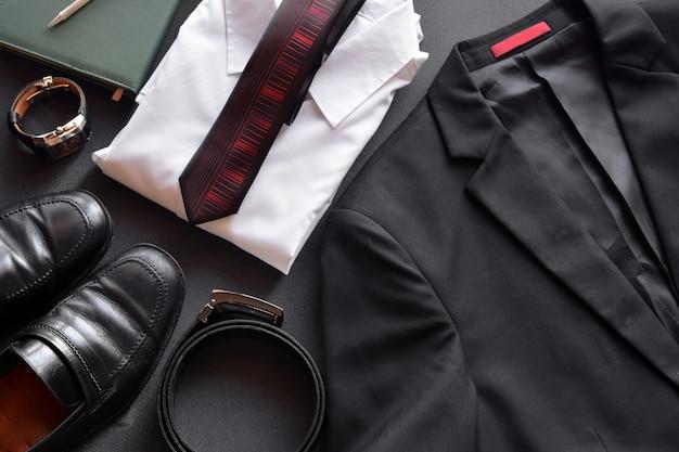 Herrenbekleidung sowie verschiedene accessoires wie uhr, kalender, gürtel und schuhe
