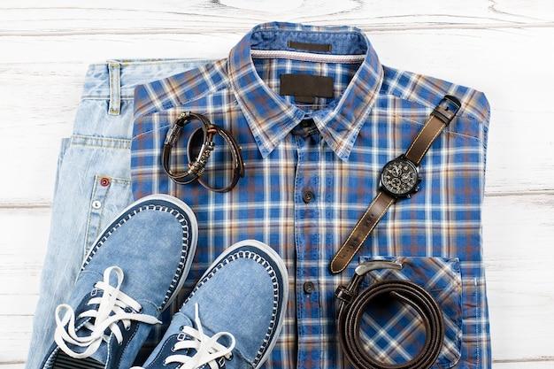 Herrenbekleidung und accessoires auf weißem holz