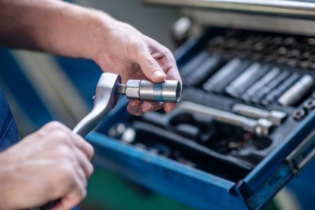 Herrenhände mit gerät und teil zur automatischen reparatur und wartung