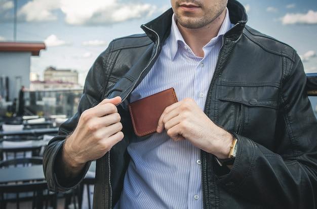 Herrenhandbrieftasche in der tasche