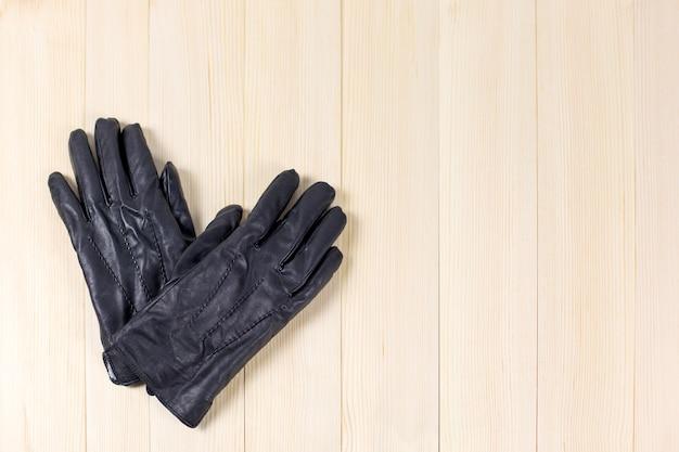 Herrenhandschuhe auf hellem hintergrund.